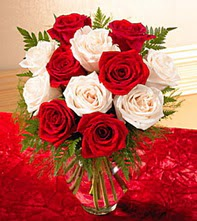 Adıyaman uluslararası çiçek gönderme  5 adet kirmizi 5 adet beyaz gül cam vazoda