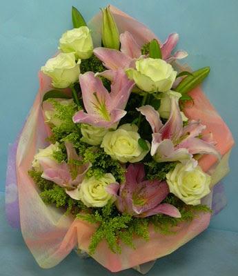 11 adet gül ve 2 adet kazablanka buketi  Adıyaman internetten çiçek satışı