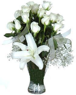cam içerisinde 11 beyaz gül ve 1 kazablanka  Adıyaman çiçek siparişi sitesi
