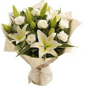 Adıyaman anneler günü çiçek yolla  3 dal kazablanka ve 7 adet beyaz gül buketi