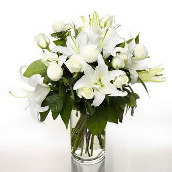 Adıyaman çiçek gönderme sitemiz güvenlidir  1 dal cazablanca 7 adet beyaz gül vazosu