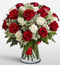 Vazoda 12 kırmızı 12 beyaz gül tanzimi  Adıyaman uluslararası çiçek gönderme