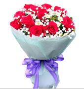 12 adet kırmızı gül ve beyaz kır çiçekleri  Adıyaman çiçekçi mağazası